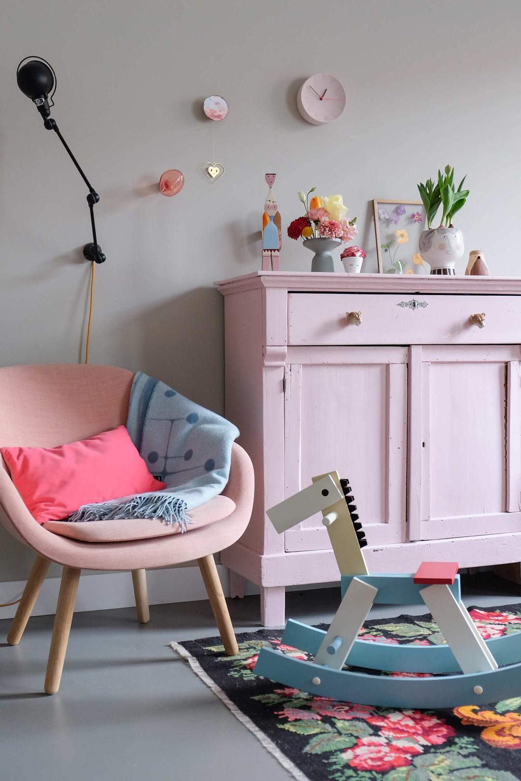 Designspeelgoed: een hobbelpaard van Cavalcade in een kinderkamer met roze kast en stoel