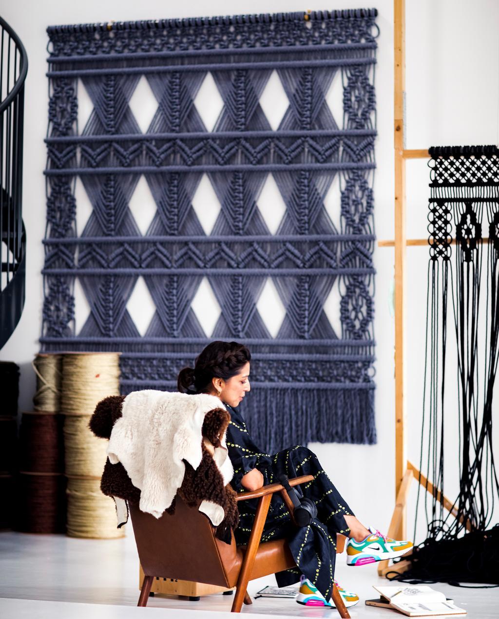 vtwonen 13-2019 | Ambacht Milla knopen op haar stoel | Ambacht hand geknoopte wandkleden