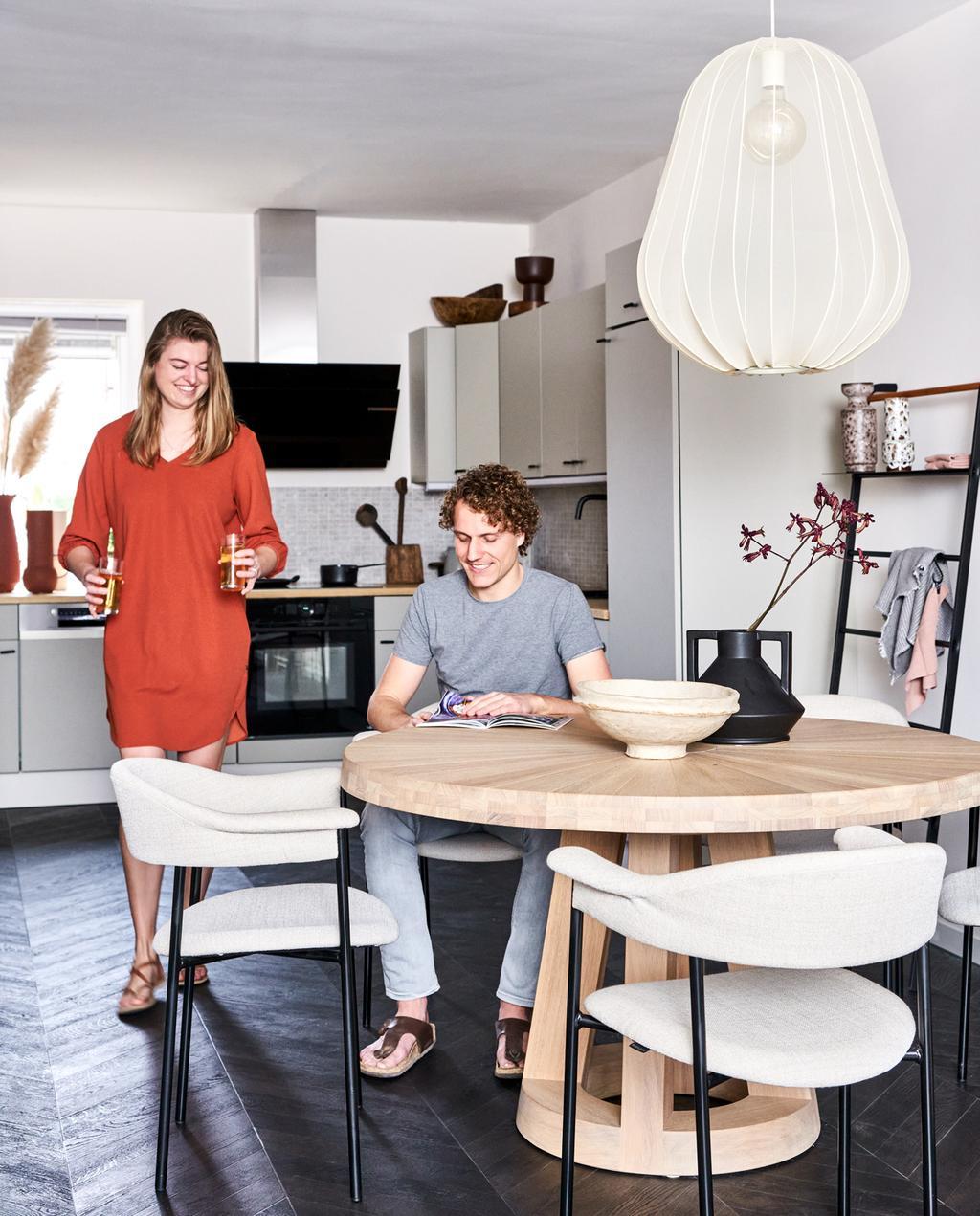 Binnenkijken in een keuken in rustige kleitinten in Zoetermeer