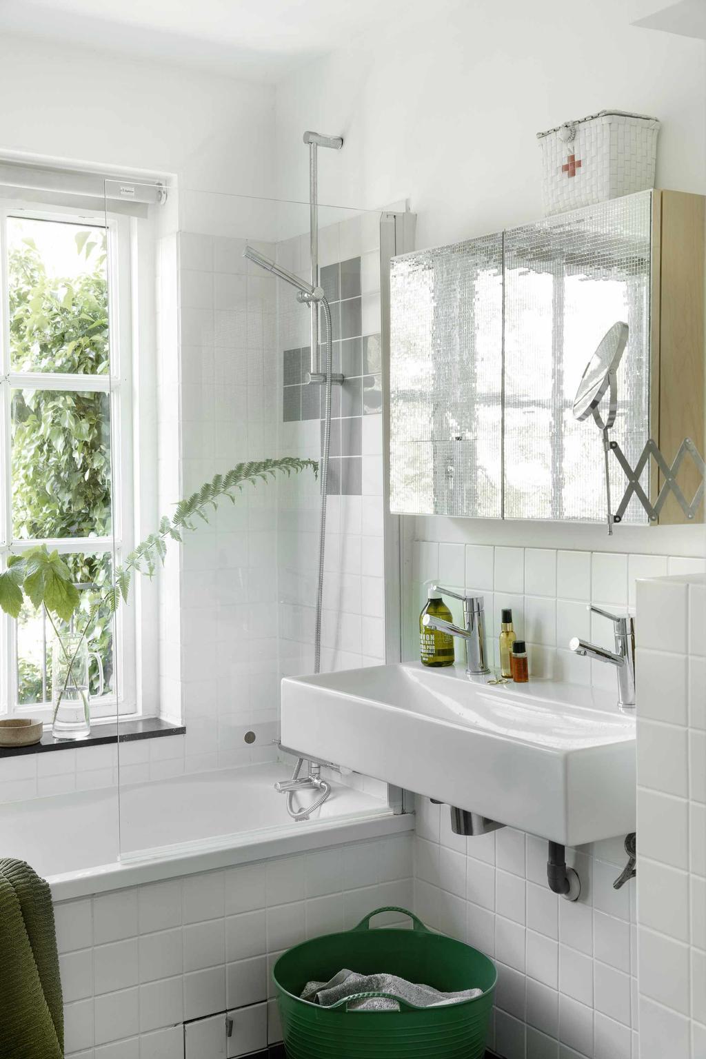 Witte Badkamer met ligbad groene details
