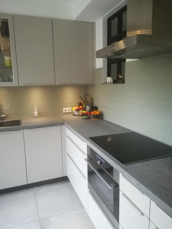 lichttaupe-keuken-met-keramisch-betonlook-blad-super-handig-lievelingskleur-groengrijs-voor-wandtegels