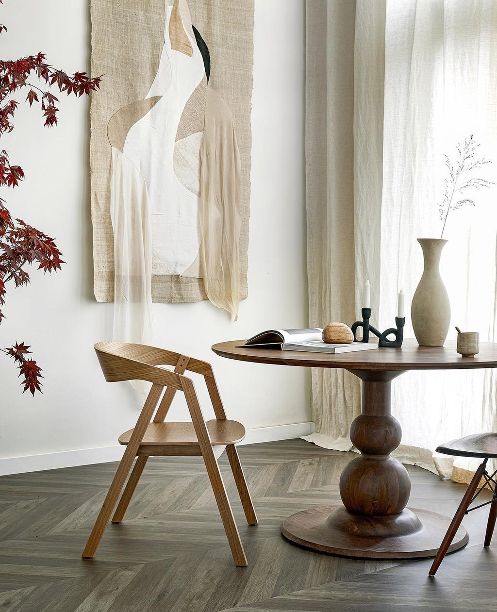 vtwonen 07-2021 |  cortinas mesa redonda com piso pontiagudo húngaro |  materiais do estilo de vida básico
