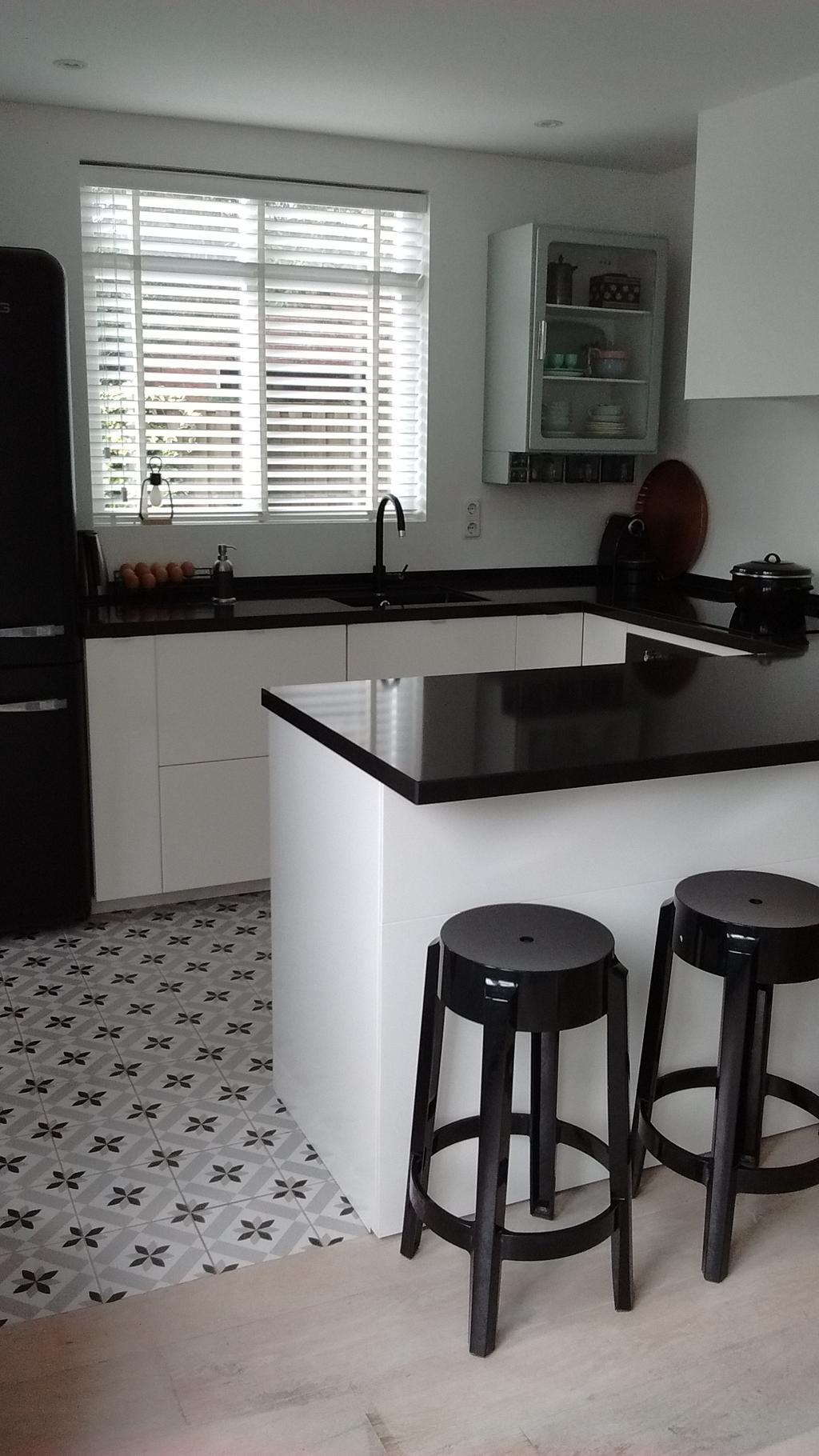 dit-is-onze-keuken-van-ikea-met-koelkast-van-smeg-die-eerst-roze-was-maar-mat-zwart-is-gespoten-de-barkrukken-van-kartell-kocht-mijn-man-op-marktplaats-voor-mijn-verjaardag