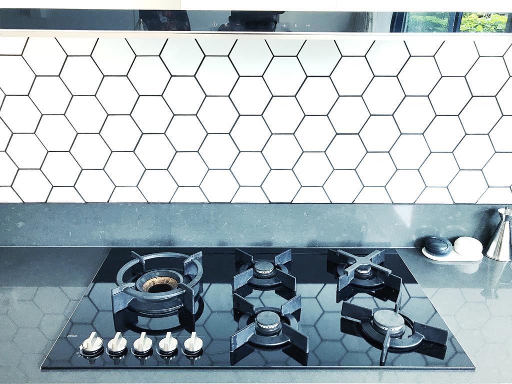 ik-ben-zo-blij-met-deze-hexagon-tegels-en-heerlijk-zoveel-pitten-op-de-gaskookplaat
