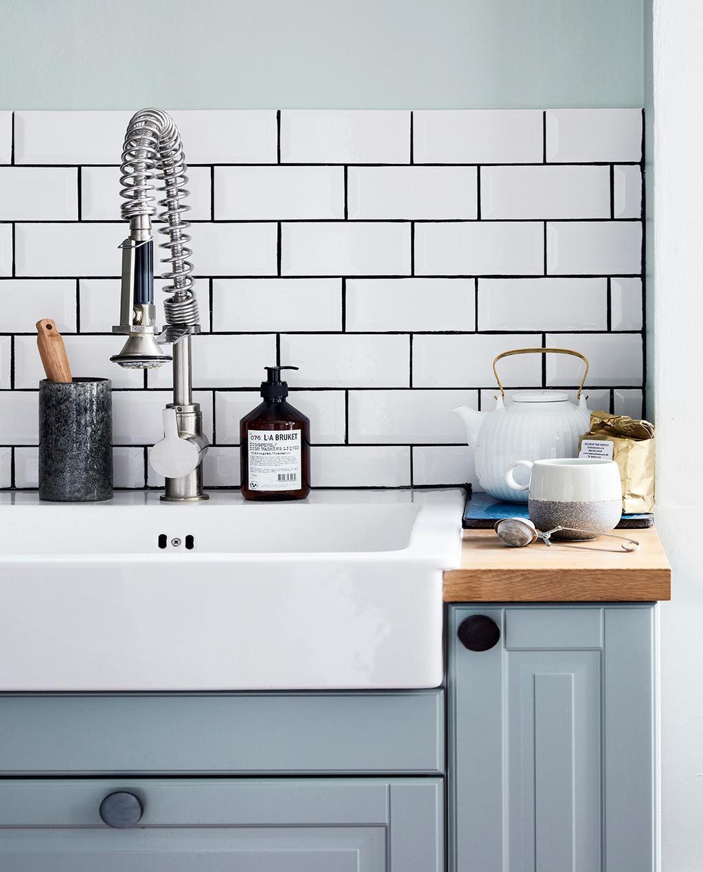vtwonen 02-2021 | blauwe keuken met witte tegels