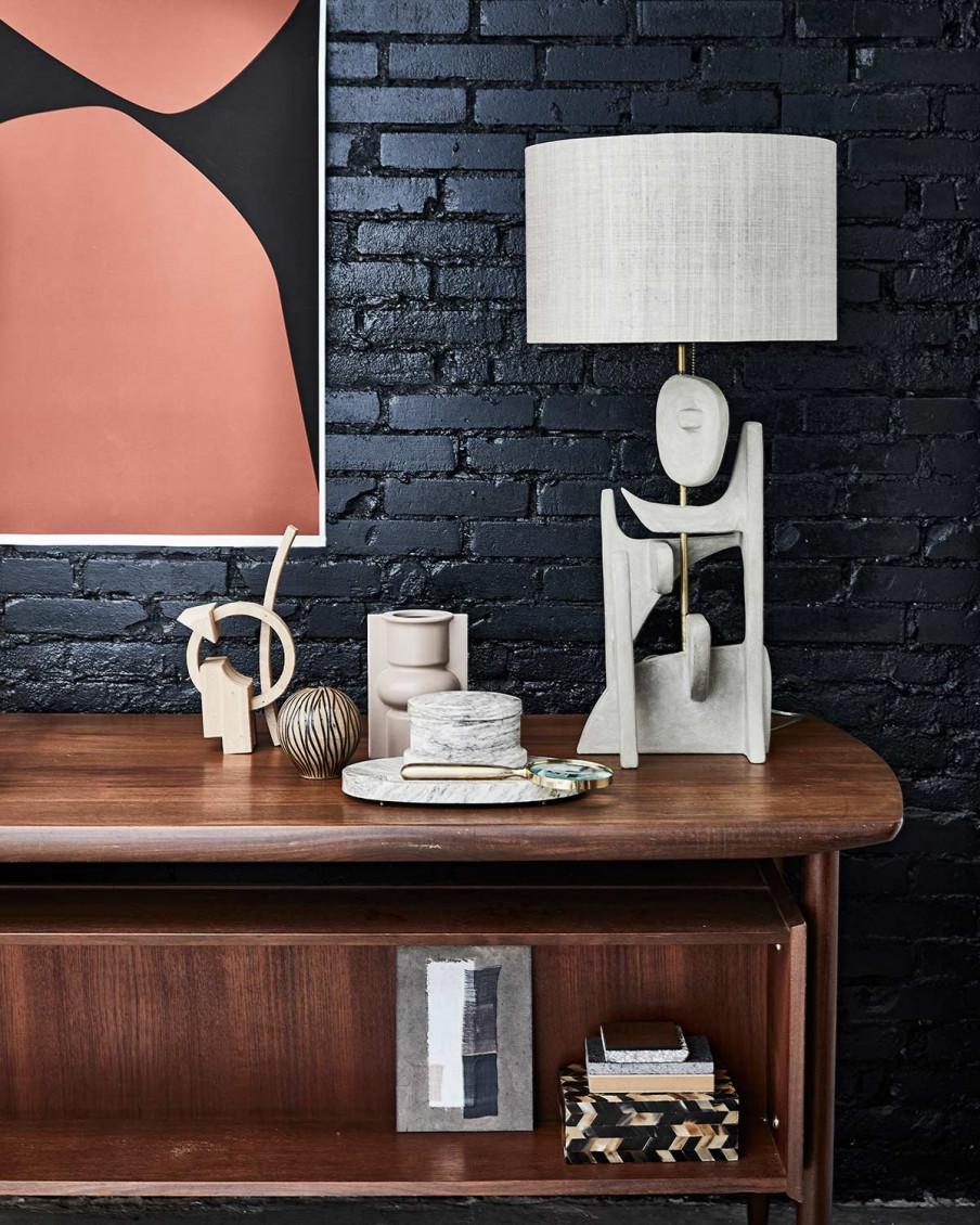 lampe décorative grise sur bureau
