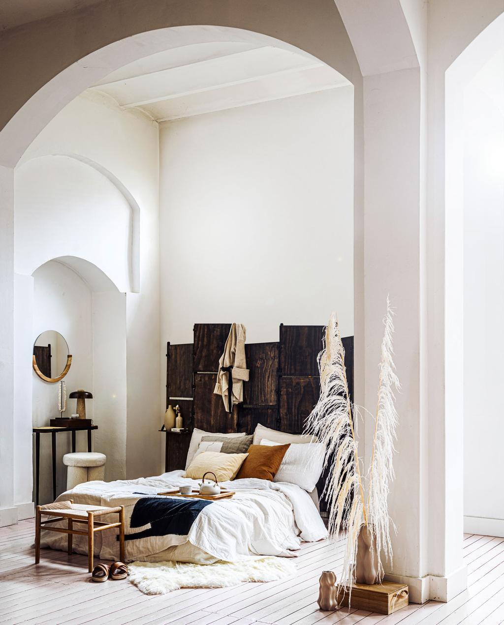 vtwonen 08 | slaapkamer met bruintinten en een witte organische boog