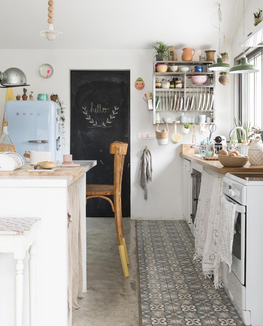 vtwonen 09-2015 | binnenkijken biarritz keuken met stoel met geverfde poot