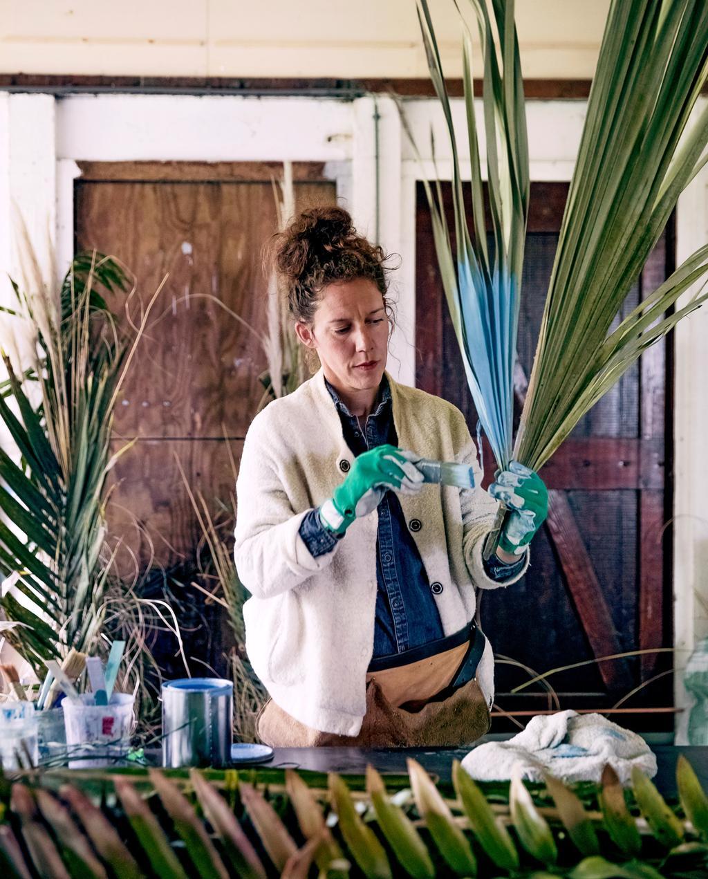 vtwonen 8-2019 | Ambacht Mariette & Denise zelfgekweekte biologische bloemen | takken verfen
