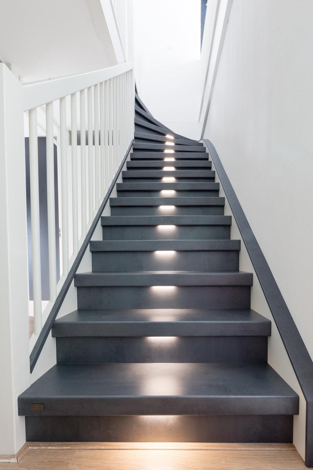 Blauwstalen trap met verlichting