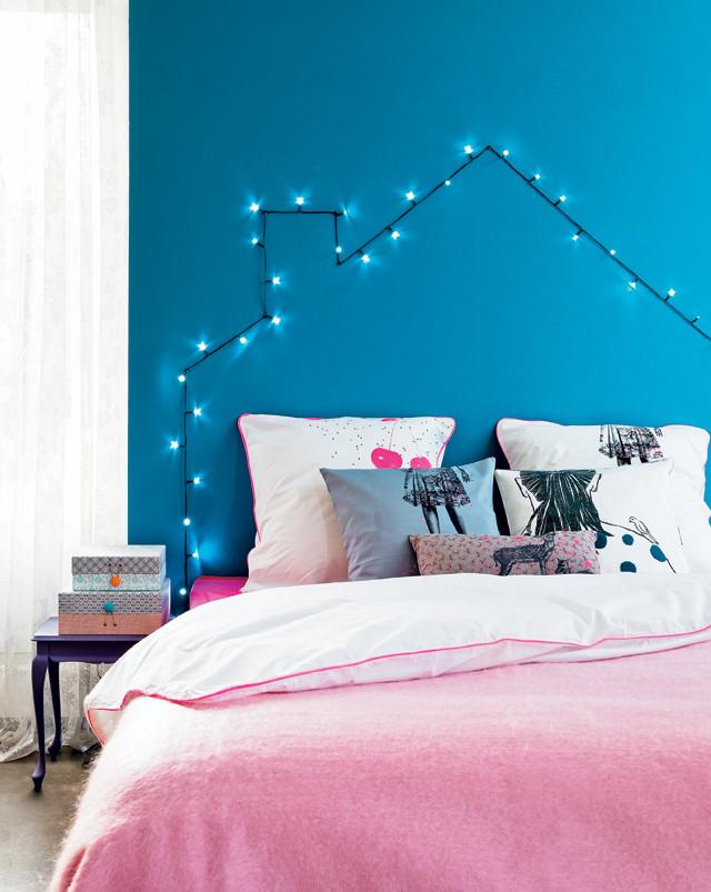 verlicht huisje boven het bed