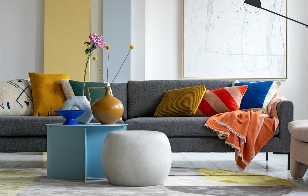 vtwonen vt tv | stylingtips van marianne over kleur geven aan de grijze bank met kussens, vloerkleed en muurverf