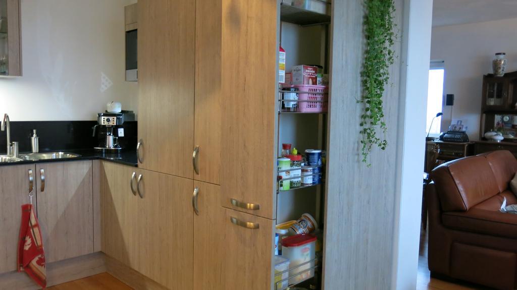 achter-de-apothekerskast-een-grote-vrieskast-en-daarnaast-een-koelkast