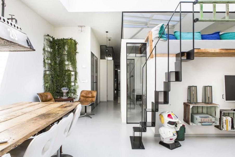 escalier métal noir murs blancs