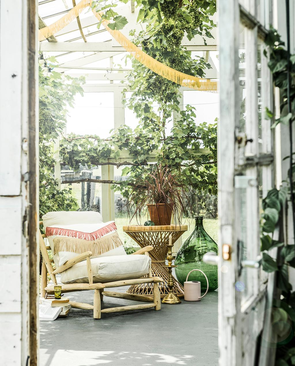 vtwonen tuin special 2 2020 | franjes kussens en decoratie in tuinhuis Franjes styling