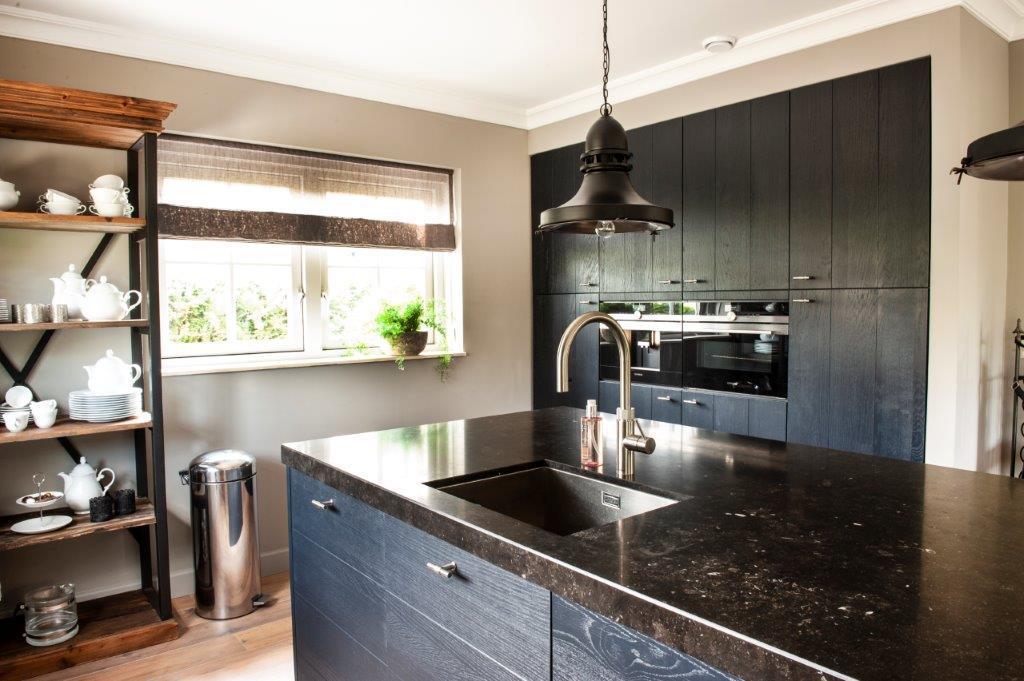 nieuwe-keuken-groot-eiland-met-mooi-hardstenen-blad-en-houten-bar-kastenwand-is-hetzelfde-gebleven-met-nieuwe-deuren