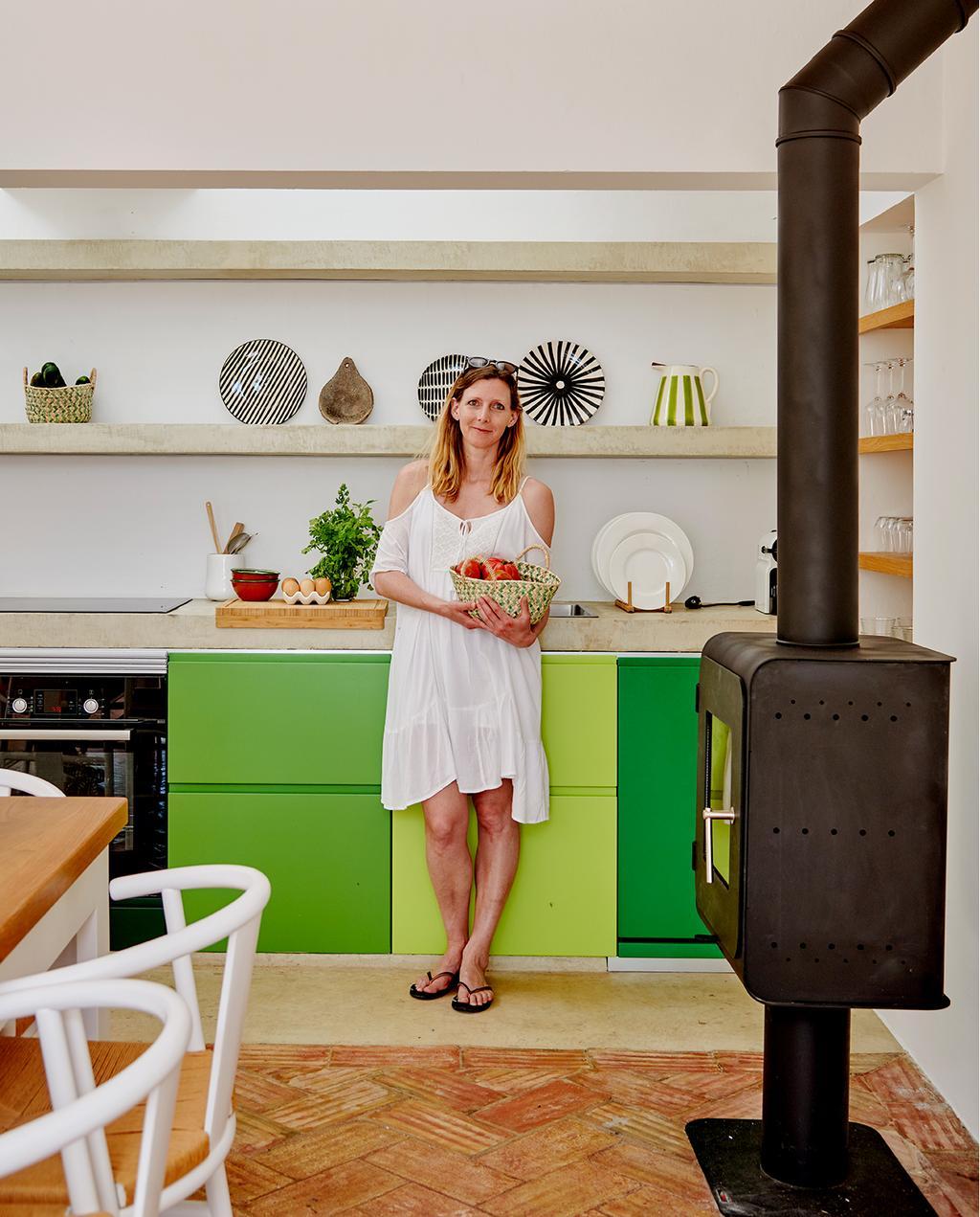 vtwonen 08-2020 | bk buitenland portugal Marie in haar groene keuken