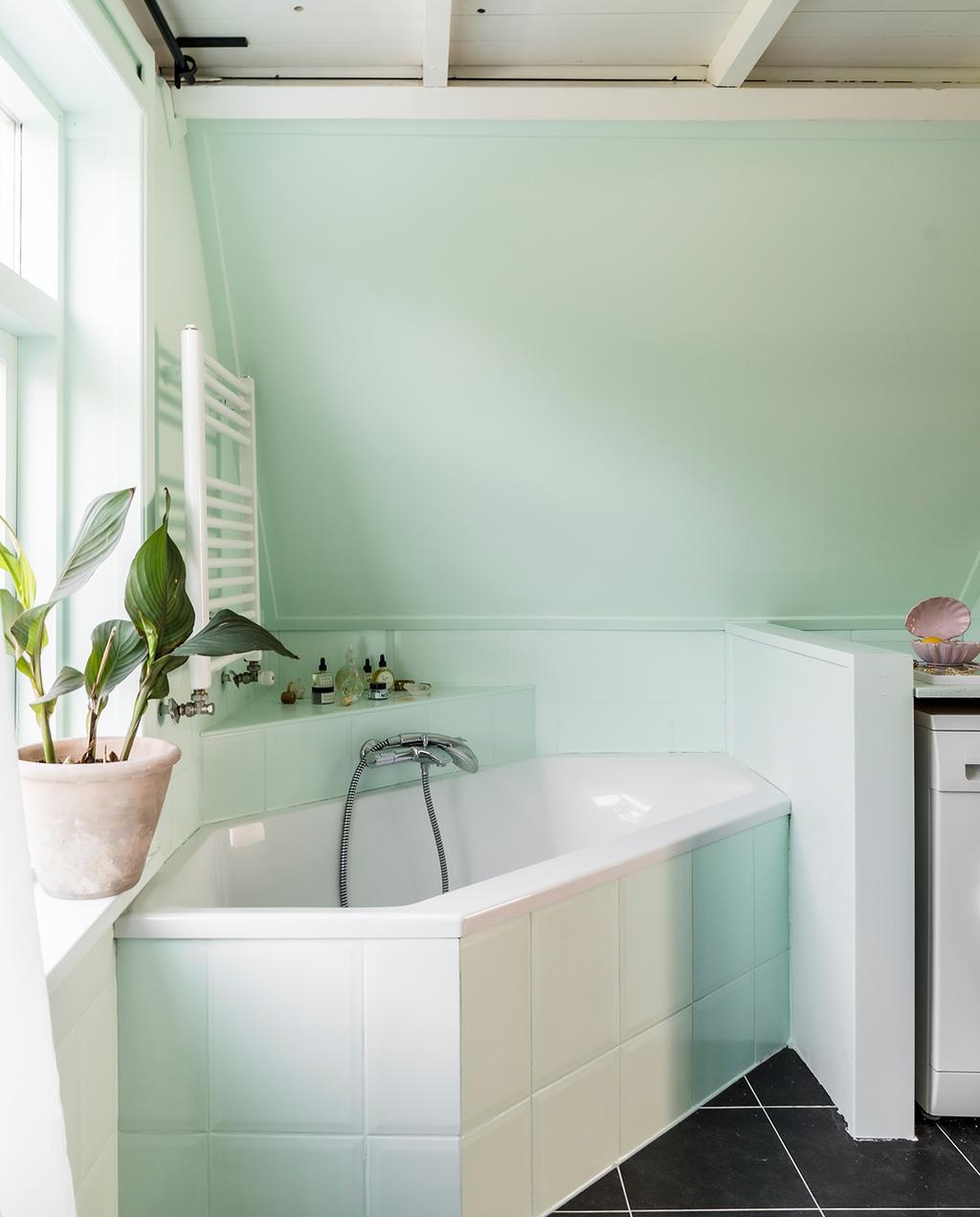 vtwonen special tiny houses 03-2021 | badkamer met een pastel mint kleur en monochrome kleuren groene tegels