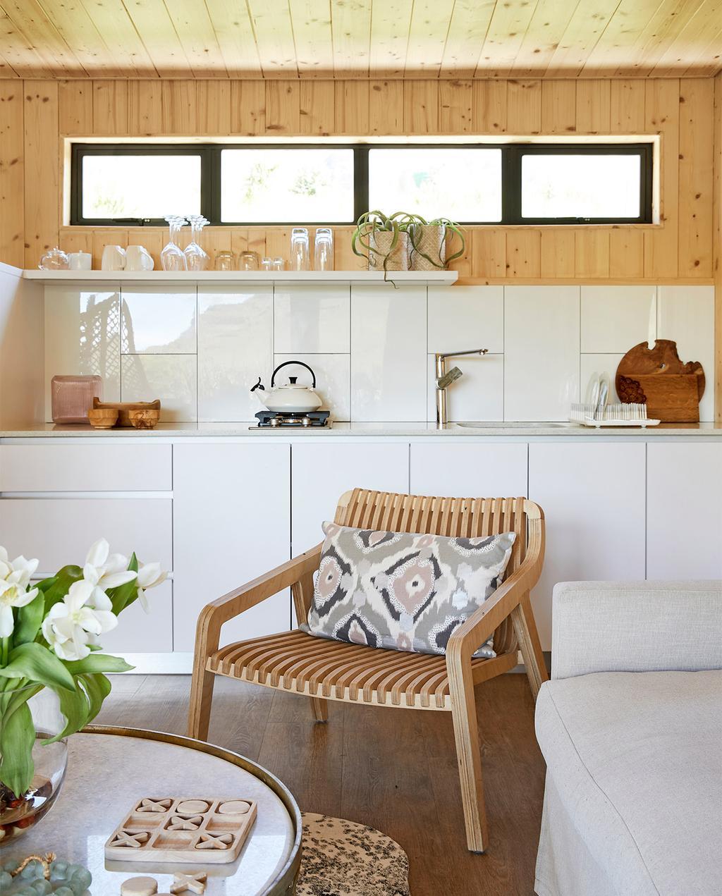 vtwonen special zomerhuizen 07-2021   stoel met kussen en houten wandplaten