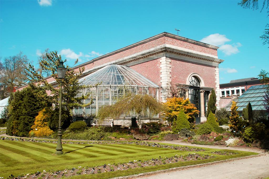 Gebouw met groen stukje grond in kruidtuin Leuven