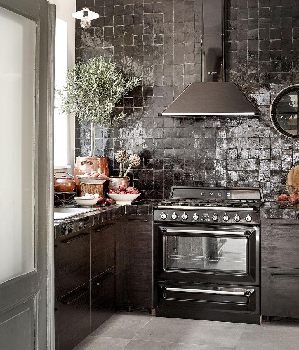 Zwarte keuken | Idyllisch boshuis