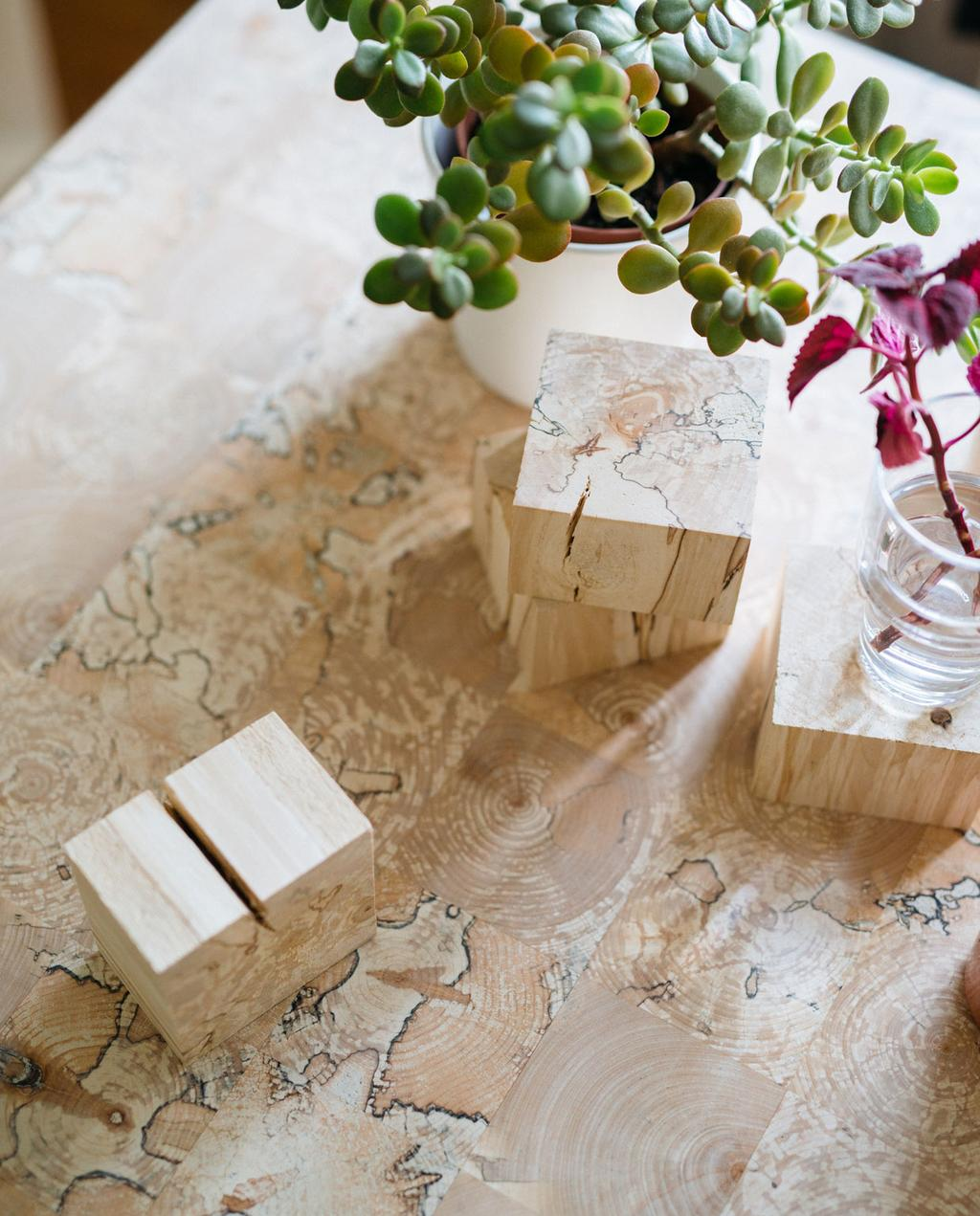 tafelblad gemaakt van blokjes verrot hout