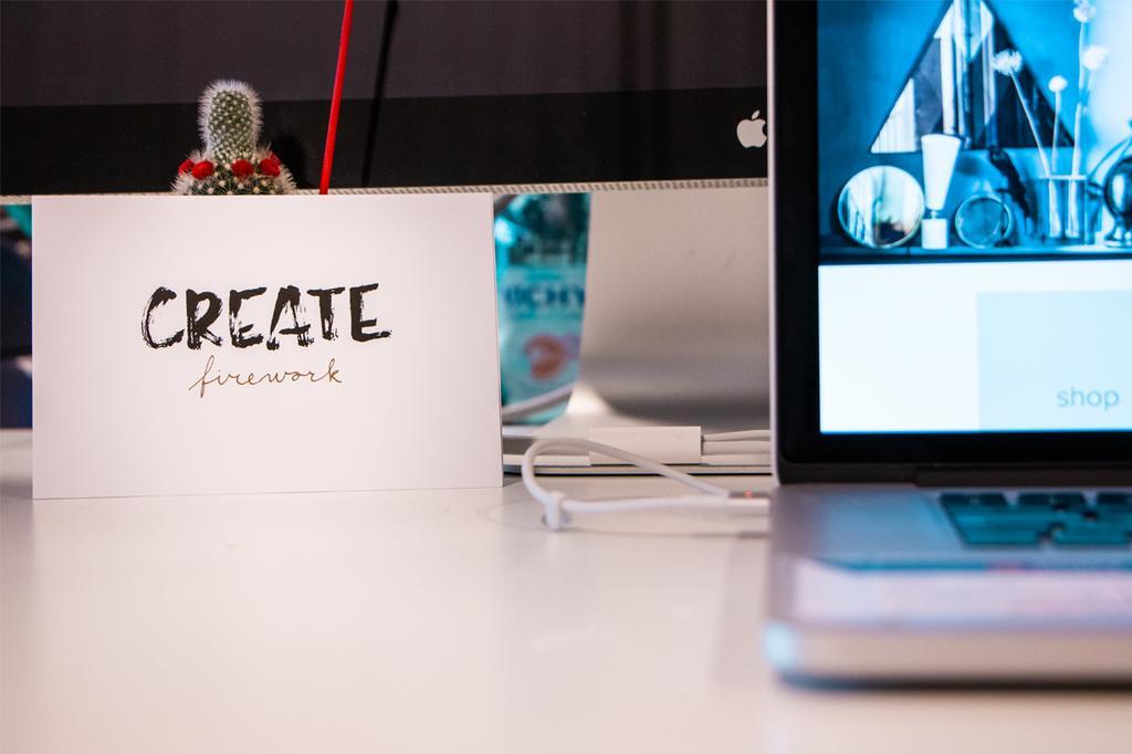 Create Firework vtwonen postkaart op bureau naast computer met cactus