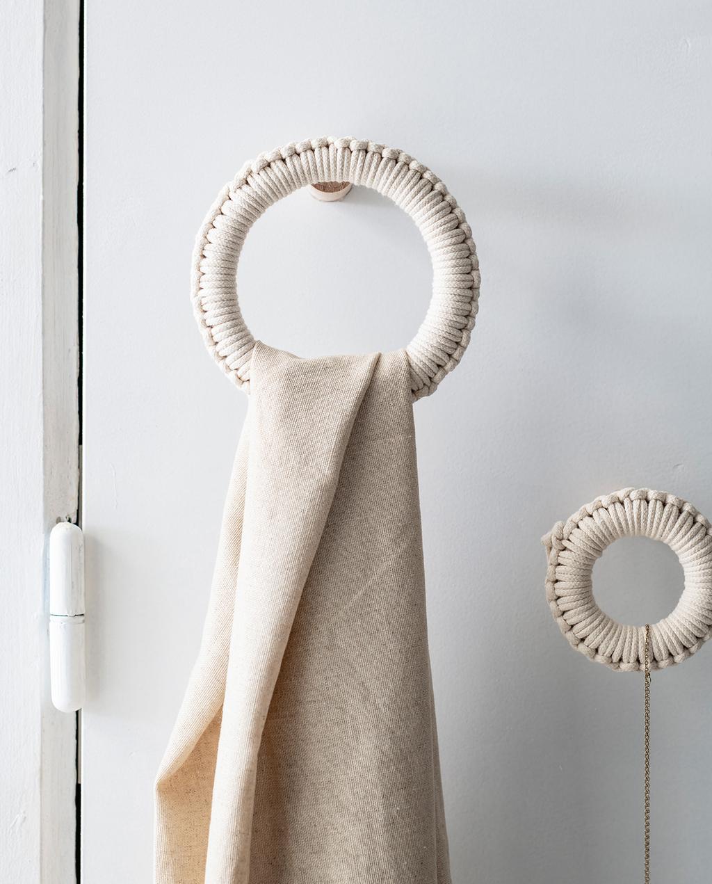 vtwonen 05-2021 | wandhaak met kleed aan de muur