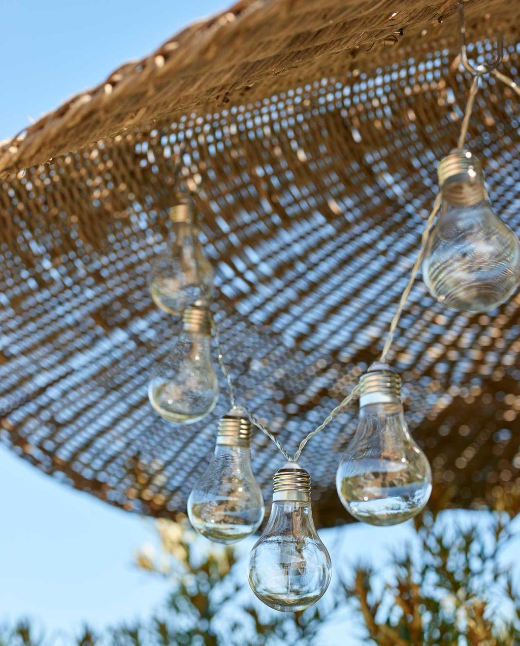 vtwonen 08-2020 | bk strandhuis in Egmond rieten parasol met lichtsnoer