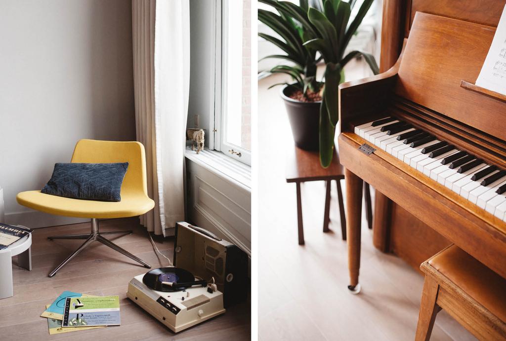 Gele fauteuil en oude piano