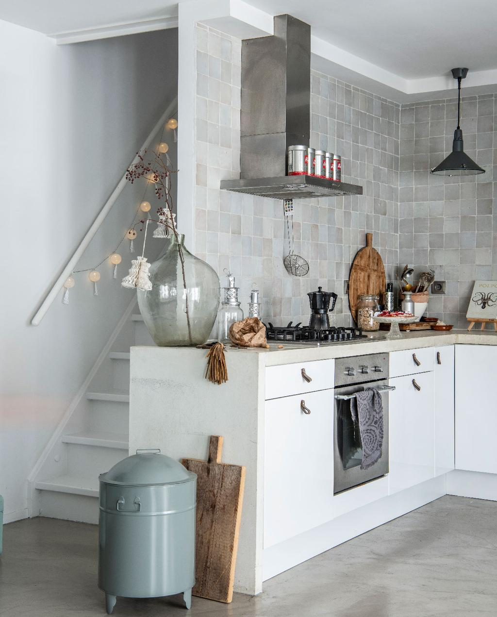 vtwonen 09-2020 | binnenkijken minimalistische woning amsterdam moderne minimalistische keuken betonnen aanrecht