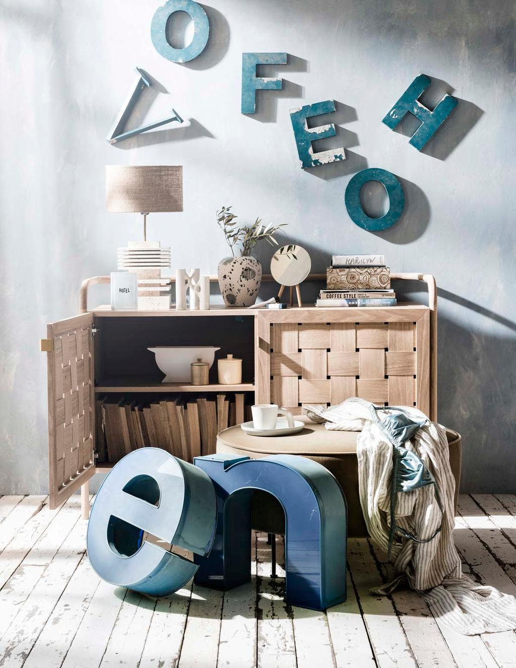 Hout kastje met blauwe muur en letters als muurdecoratie