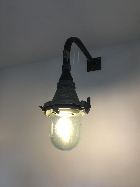 prachtige-industriele-lampen-gekocht-bij-de-handelsfabriek-in-tolbert-maken-de-keuken-helemaal-af