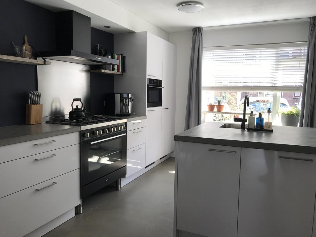 we-hebben-gekomen-voor-een-recht-deel-en-schiereiland-in-de-keuken-bewust-niet-gekozen-voor-bovenkastjes-de-koelkast-van-195-hoog-biedt-ruimte-voor-voldoende-proviand-om-de-gezelligste-zomer-feestjes-te-organiseren-onze-grote-over-90cm-biedt-voldoende-bakruimte-voor-een-pizzaparty
