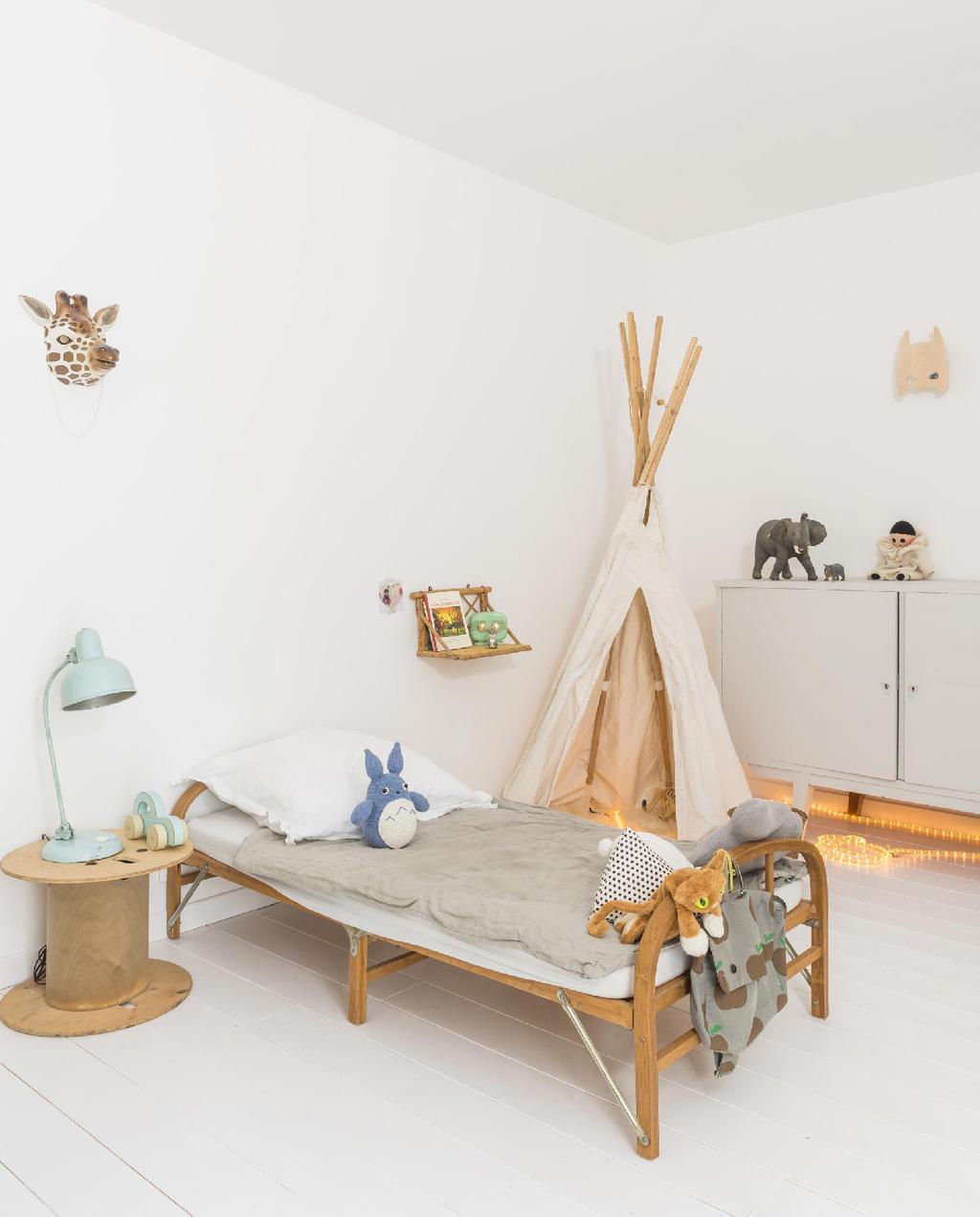 vtwonen 09-2015 | binnenkijken biarritz kinderkamer met houten meubels en tipi speeltent
