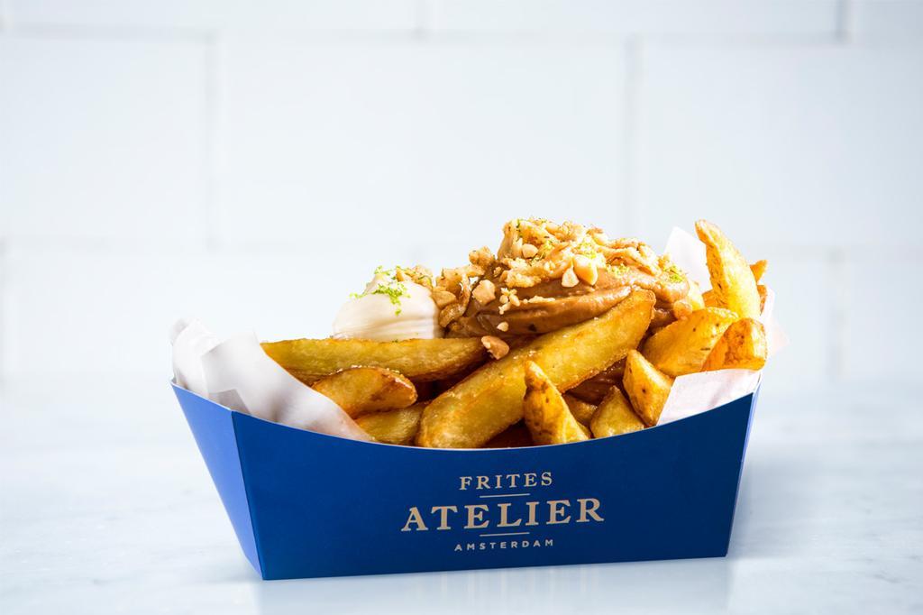 Frietjes van Frites Atelier in een blauw bakje