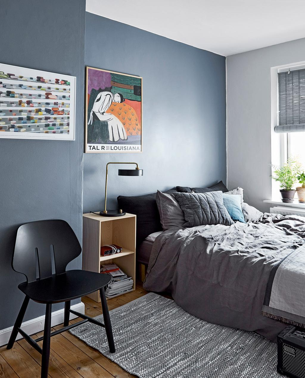 vtwonen 02-2021 | slaapkamer met blauwe wand en grijs opgemaakt bed