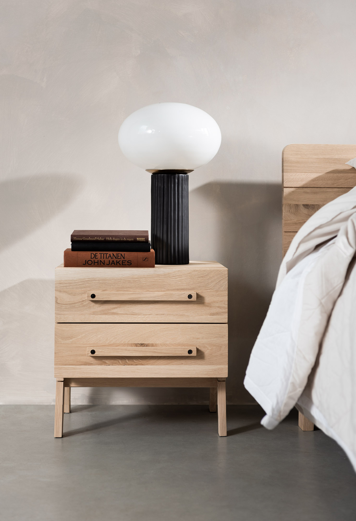 Slaapkamer houten bed nachtkastje bedlamp Swiss Sense