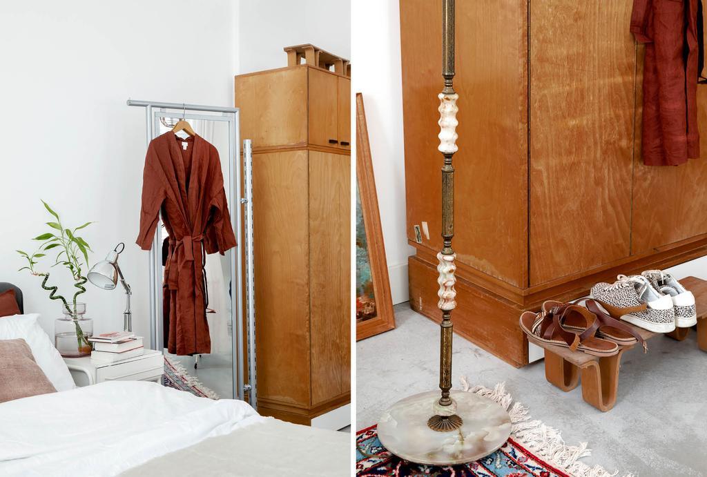 vtwonen binnenkijken in een voormalige kleuterschool met basic slaapkamer en een houten kledingkast