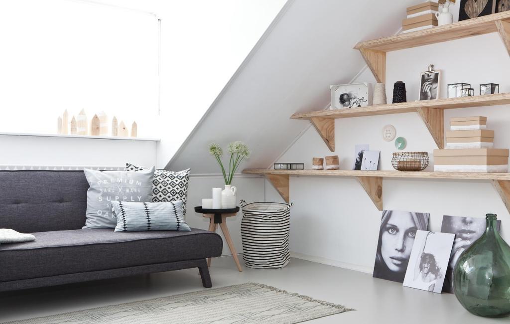 Wandplanken op zolder onder een schuin dak