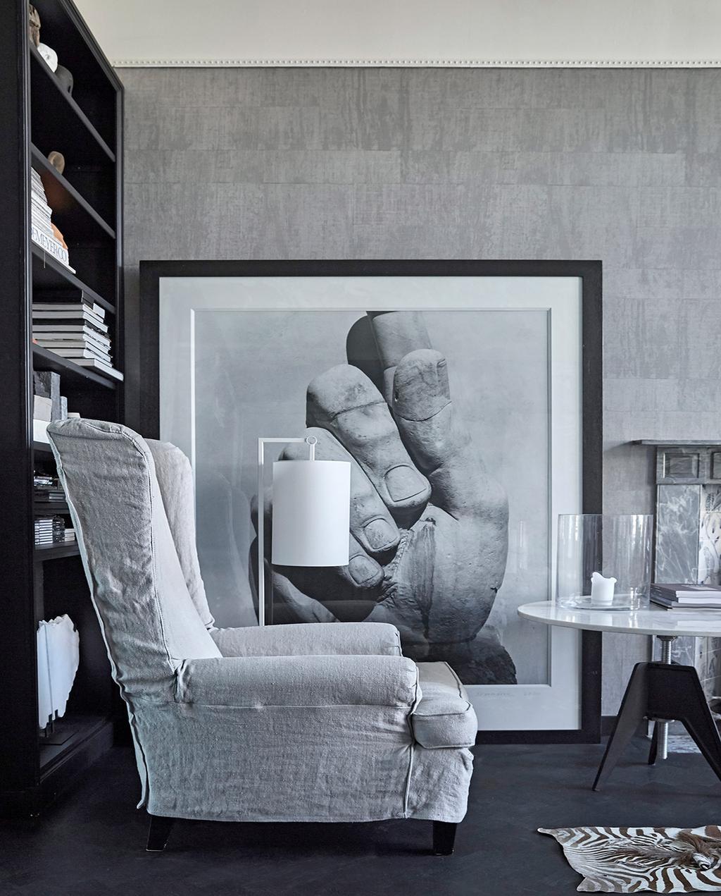 vtwonen 02-2021 | binnenkijken Harlingen witte fauteuil met grote foto van hand op achtergrond
