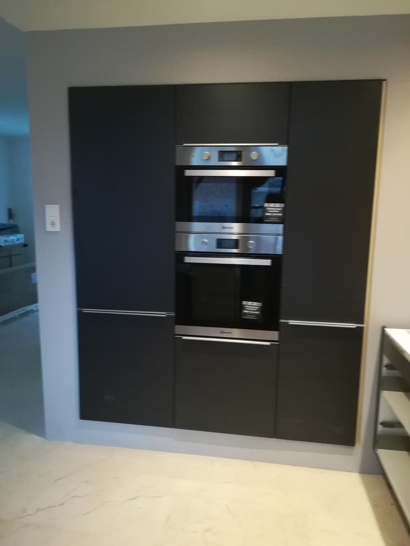 inbouw-wand-links-koelkast-met-vriezer-combi-magnetron-en-oven-rechts-voorraad-kast-tijdens-installatie-al-blij
