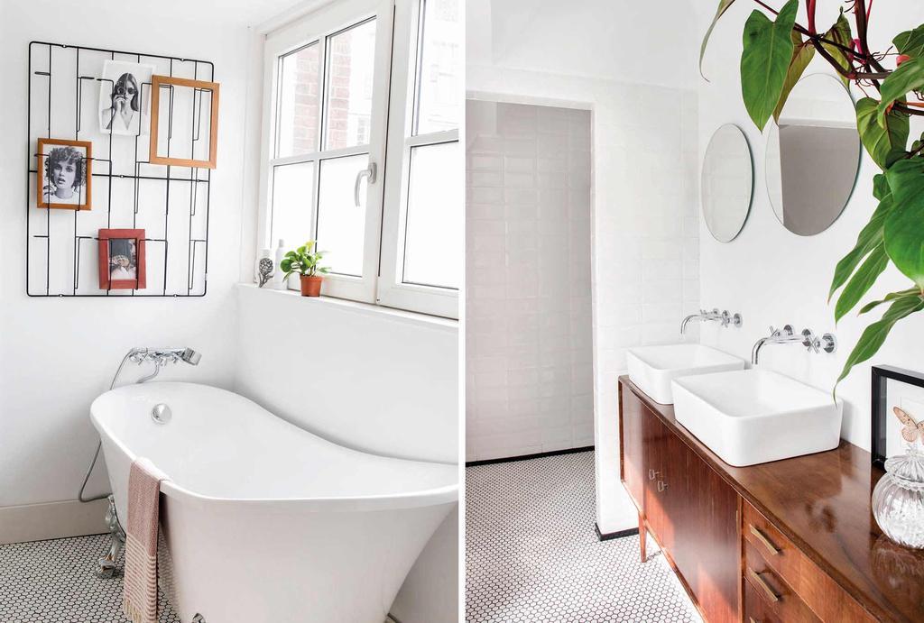 In de badkamer een bad op pootjes en een vintage badkamermeubel