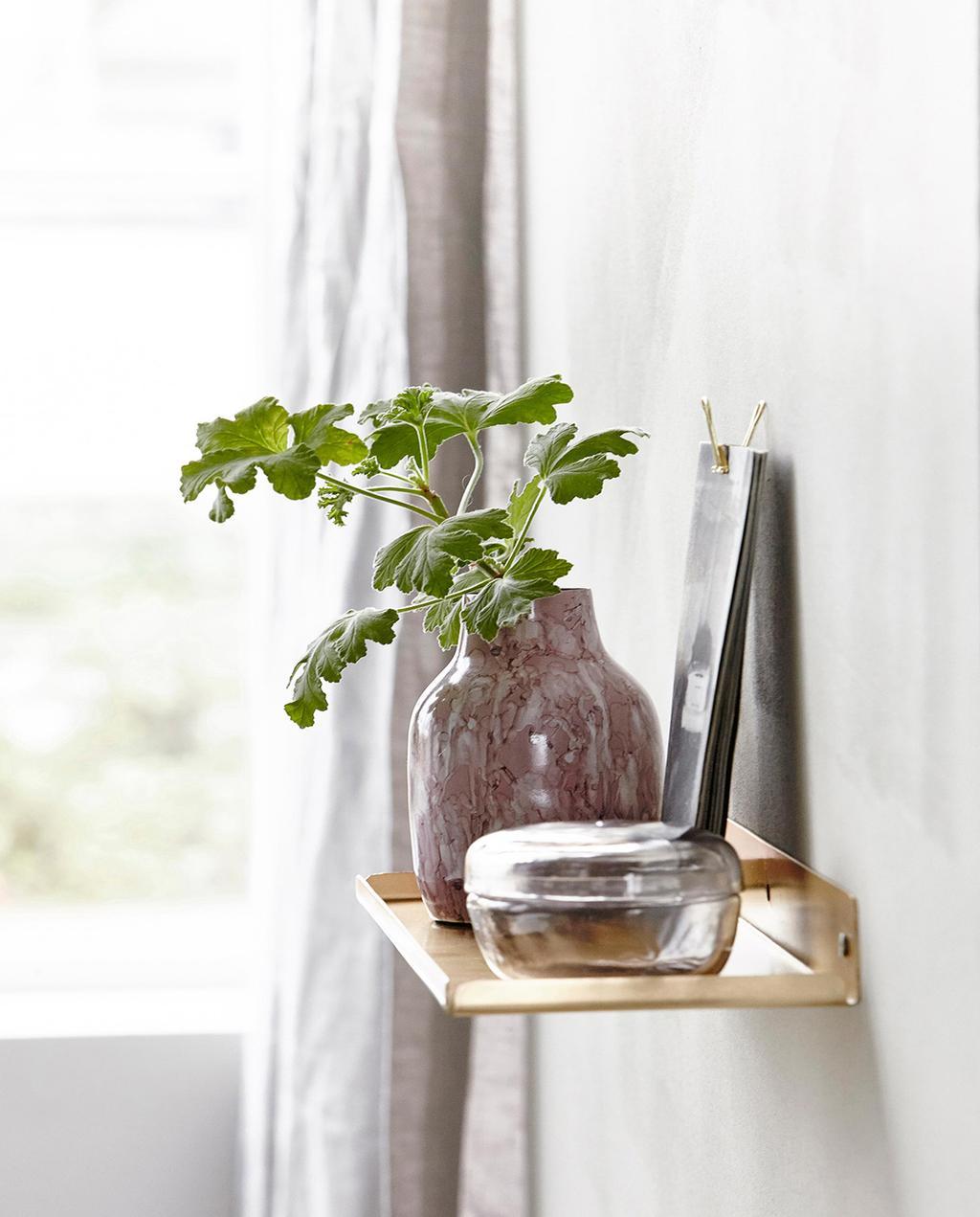 vtwonen 08-2016 | rode vaas met plant op houten plank