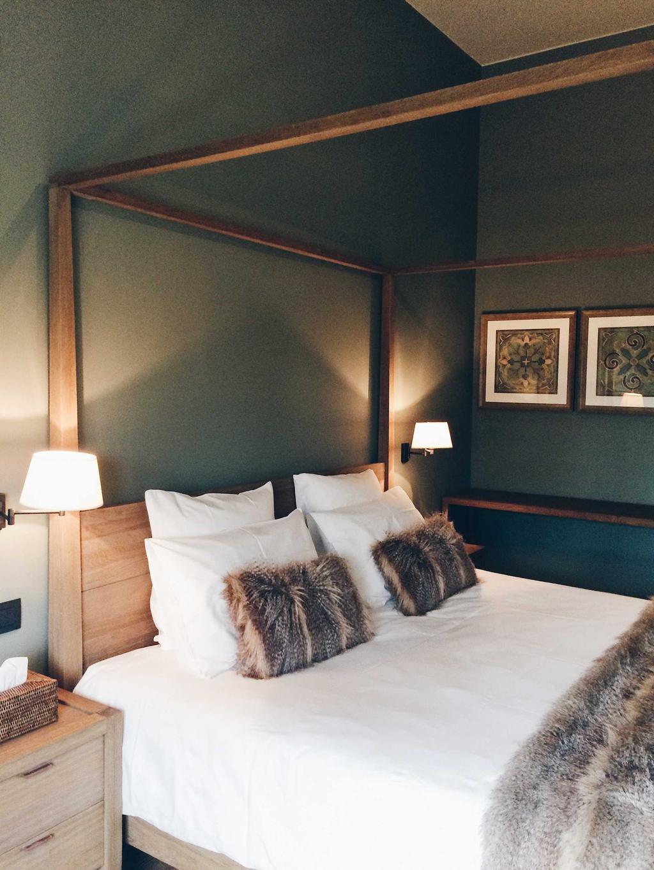 chateau beausaint kamer met bed en groene muren