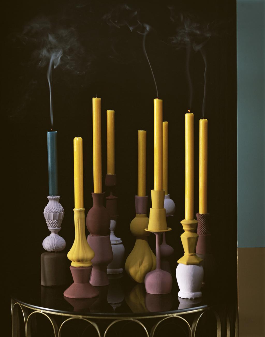 Gele kaarsen in roze kandelaars zelf maken.
