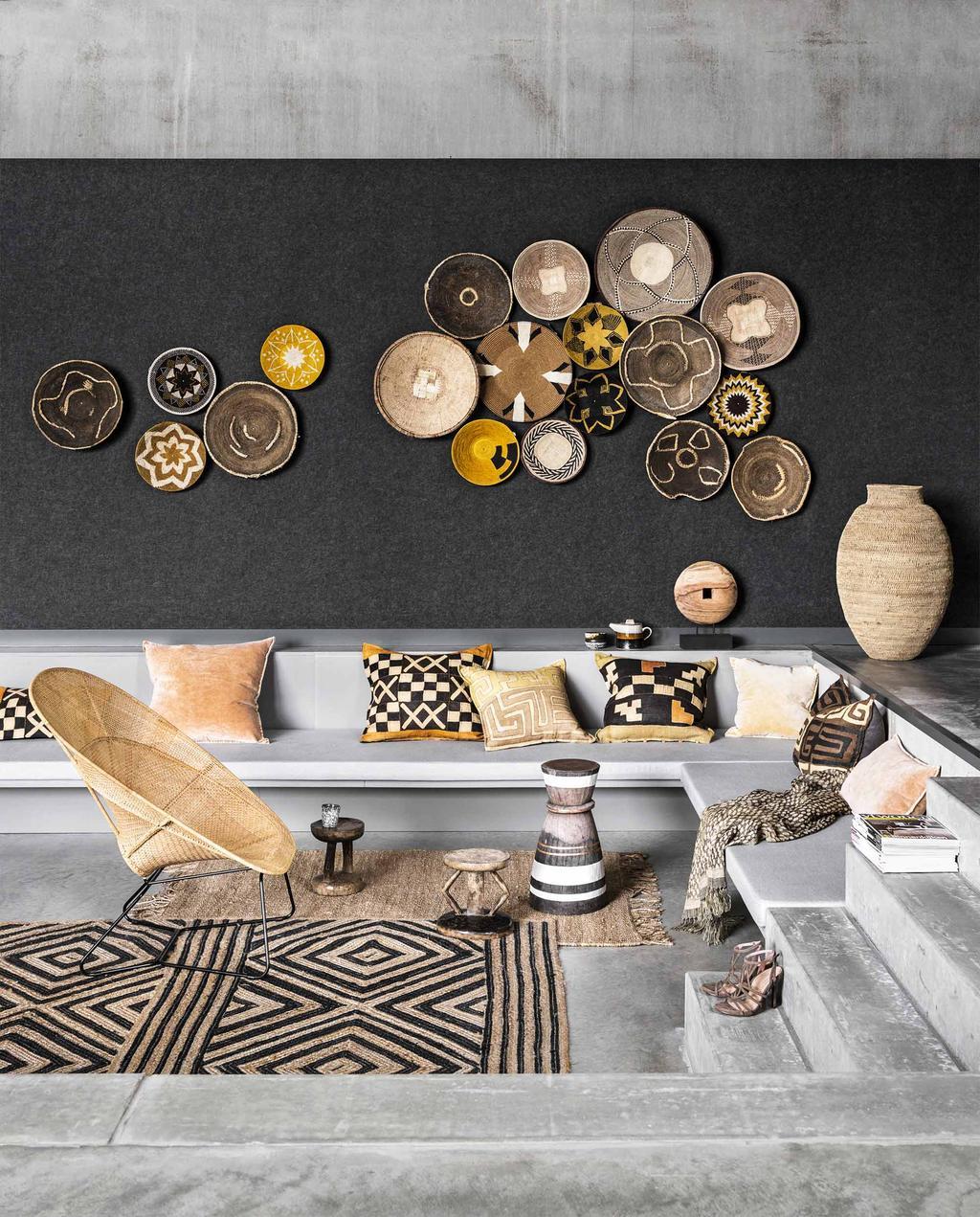 Zitkuil met wanddecoratie van rieten manden in een etnisch interieur