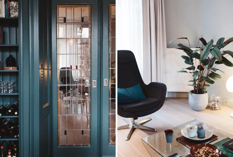 Portes à vitraux encadrement bleu fauteuil gris table basse en verre