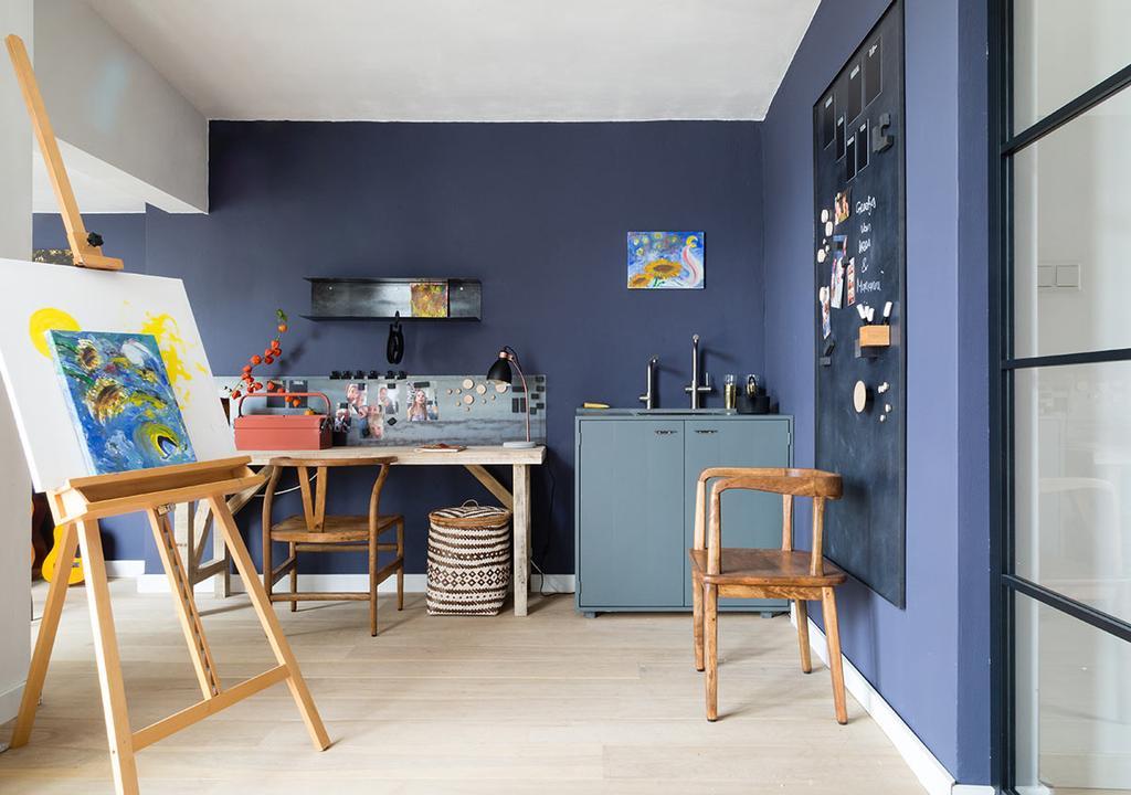 weer verliefd op je huis: atelier met paarse wand
