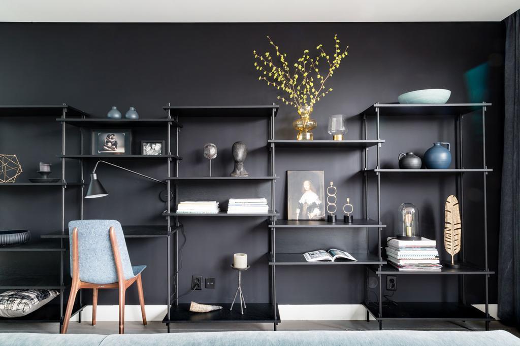 Zwarte open vakkenkast met bureau voor zwarte wand